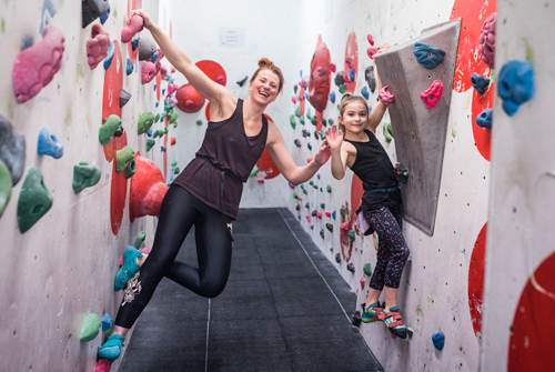 Lizzie and Lucienne bouldering